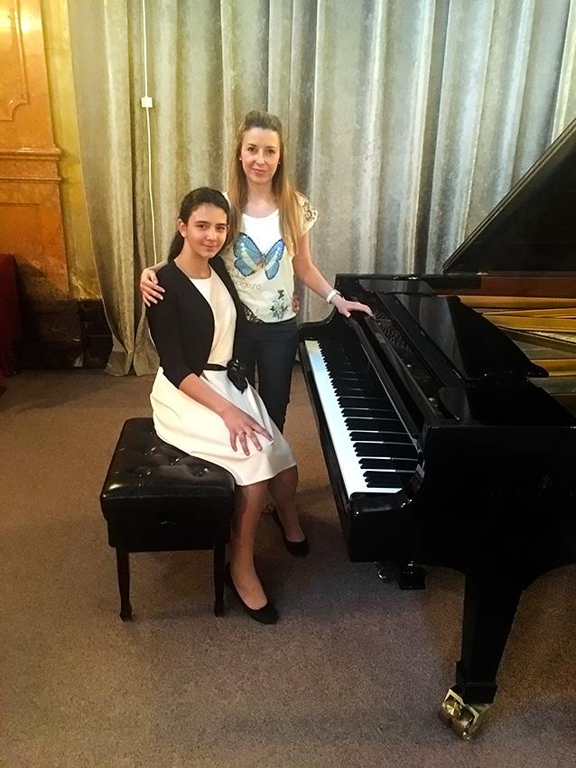 Mia sa svojom profesoricom klavira